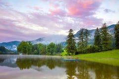 Mooi ochtendlandschap op bergen en meer royalty-vrije stock afbeeldingen