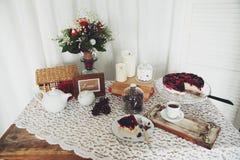 Mooi ontbijt met koffie en bessenpastei stock afbeeldingen