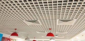 Mooi ontworpen met vierkanten binnenlands plafond royalty-vrije stock afbeelding