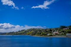 Mooi openluchtlandschap van sommige die woningbouw bij palafitos in Castro, Chiloe-Eiland, Patagonië worden gevestigd royalty-vrije stock foto