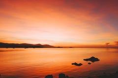 Mooi opvlammend zonsonderganglandschap bij abo van de Zwarte Zee en van de berg Royalty-vrije Stock Afbeeldingen