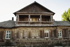 Mooi oud blokhuis in de stad stock foto's