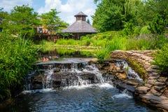 Mooi oud buitenhuis op rivierwaterval royalty-vrije stock foto's