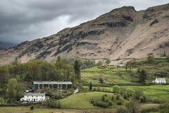 Mooi oud die dorpslandschap in heuvels in Meer Distric wordt genesteld Royalty-vrije Stock Fotografie