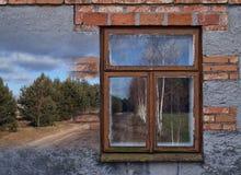 Mooi oud huis met het leiden van de manier aan geheimzinnige fores Royalty-vrije Stock Afbeelding