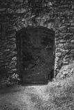 Mooi oud kasteel in Zwart-witte ingang aan het kasteel stock fotografie