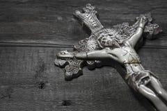Mooi oud kruis met Jesus op de oude houten vloer Royalty-vrije Stock Foto's
