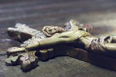 Mooi oud kruis met Jesus op de oude houten vloer Stock Fotografie