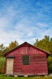 Mooi, oud rood, cabine in het hout stock afbeelding