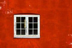 Mooi oud venster op een achtergrond van de rode bakstenen muur Architectuur Royalty-vrije Stock Foto's