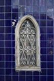 Mooi oud venster van begraafplaats op tegelachtergrond royalty-vrije stock fotografie