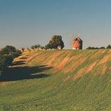 Mooi oud windmolen en landschap met de zon Chvalkovice - Tsjechische Republiek europa royalty-vrije stock afbeeldingen