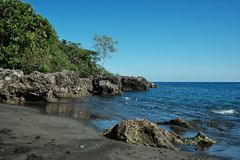 mooi overweldigend tropisch paradijs ondiep vreedzaam oceaan overzees kust wit zandig strand met regenwoudwildernis stock foto