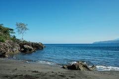 mooi overweldigend tropisch paradijs ondiep vreedzaam oceaan overzees kust wit zandig strand met regenwoudwildernis stock fotografie