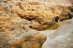 Mooi overzees landschap, close-up van steen op het strand, overzeese kust met hoge heuvels, wilde aard royalty-vrije stock foto's