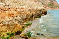 Mooi overzees landschap, close-up van steen op het strand, overzeese kust met hoge heuvels, wilde aard royalty-vrije stock afbeeldingen