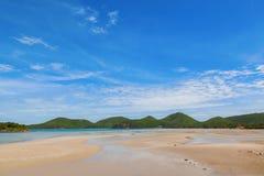Mooi overzees strand tegen blauwe hemelachtergrond in navibasis Stock Afbeelding