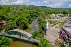 Mooi overzicht die van charmante brug wildernisrivier en grote bossorroundings kruisen gevestigd in Ecuatoriaanse Tena, Stock Fotografie