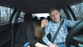 Mooi paar in auto Liefde stock videobeelden
