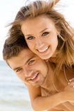 Mooi paar dat pret op de kust heeft Stock Afbeelding