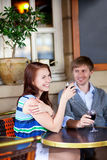 Mooi paar dat rode wijn drinkt royalty-vrije stock afbeelding