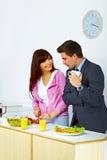Mooi paar in de keuken stock afbeeldingen