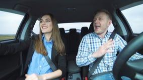 Mooi paar die in de auto dansen stock videobeelden