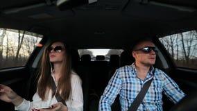 Mooi paar die in de auto rusten stock footage