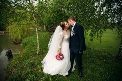 Mooi paar die in het park in hun huwelijksdag lopen Royalty-vrije Stock Foto