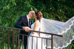 Mooi paar die in het park in hun huwelijksdag lopen Stock Foto