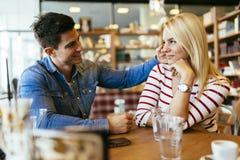 Mooi paar die in liefde in koffie flirten stock foto