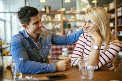 Mooi paar die in liefde in koffie flirten royalty-vrije stock foto's