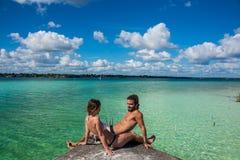 Mooi paar die in liefde rustig Bacalar-meer bekijken Rivie royalty-vrije stock afbeeldingen