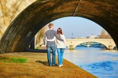 Mooi paar die in Parijs door de Zegen lopen Stock Afbeelding