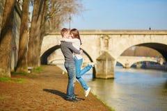 Mooi paar die in Parijs door de Zegen lopen Royalty-vrije Stock Foto's
