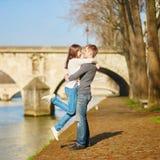 Mooi paar die in Parijs door de Zegen lopen Stock Foto