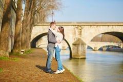 Mooi paar die in Parijs door de Zegen lopen Royalty-vrije Stock Fotografie