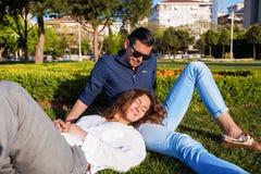 Mooi paar die in park rusten Stock Fotografie