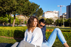 Mooi paar die in park rusten Royalty-vrije Stock Fotografie