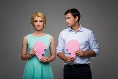 Mooi paar die roze gebroken hart houden royalty-vrije stock foto