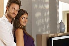Mooi paar die thuis omhelzen royalty-vrije stock afbeeldingen