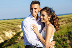 Mooi paar in gebied, Minnaars of jonggehuwde het stellen op zonsondergang met perfecte hemel Stock Foto's