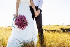 Mooi paar in gebied, Minnaars of jonggehuwde het stellen op zonsondergang met perfecte hemel Royalty-vrije Stock Foto's