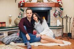 Mooi paar in liefde dichtbij open haard royalty-vrije stock foto's