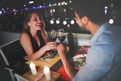 Mooi paar in liefde die romantisch diner hebben bij nacht royalty-vrije stock foto's