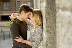 Mooi paar in liefde het kussen op straatsteeg het vieren Valentijnskaartendag Stock Foto