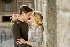 Mooi paar in liefde het kussen op straatsteeg het vieren Valentijnskaartendag Royalty-vrije Stock Afbeeldingen