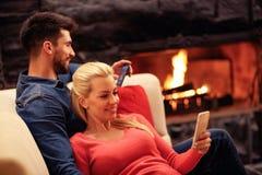 Mooi paar in liefdezitting op laag thuis op bank en ons Stock Foto's
