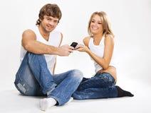 Mooi paar met mobiele telefoons stock afbeeldingen