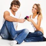 Mooi paar met mobiele telefoons royalty-vrije stock fotografie